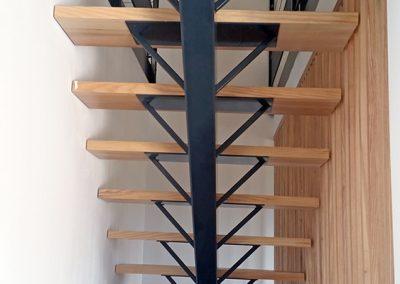 Escalier vue de dessous dans maison neuve à Bogève