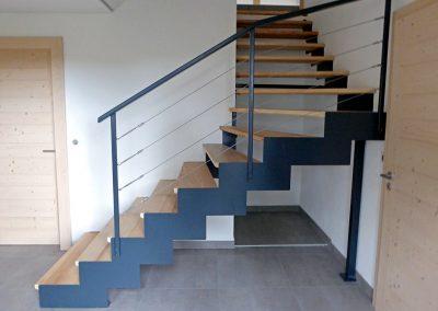 Escalier à crémaillère dans un chalet à Bogève