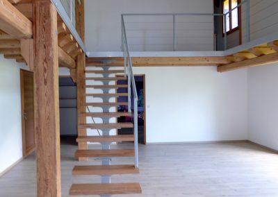 Escalier dans ferme rénovée à Burdignin