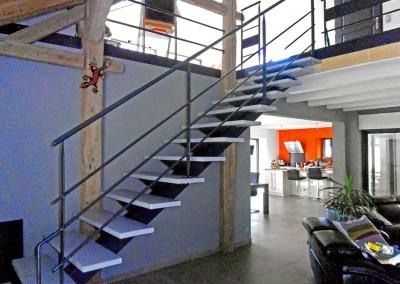 Escalier avec poutre centrale dans une ferme rénovée à Burdignin